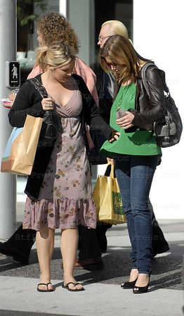 JESSICA BIEL PREGGARS - NOT PREGGARS - NO, PREGGARS - OH, WHATEVER... SHE LOOKS GOOD ANYWAY. EXCLUSIVE.