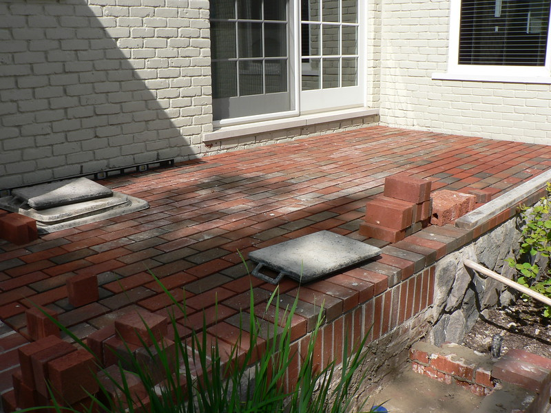 PAVING BRICK IN PLACE READY TO BE GROUTED