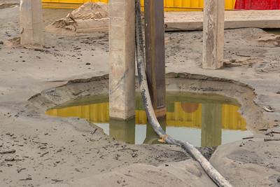 De betonnen palen worden verwijderd