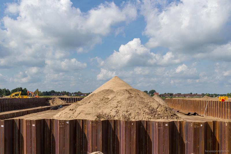 Het zand gaat tussen de damwanden