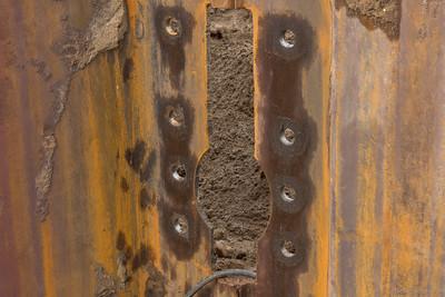 Gaten voor de verankering van de damwand