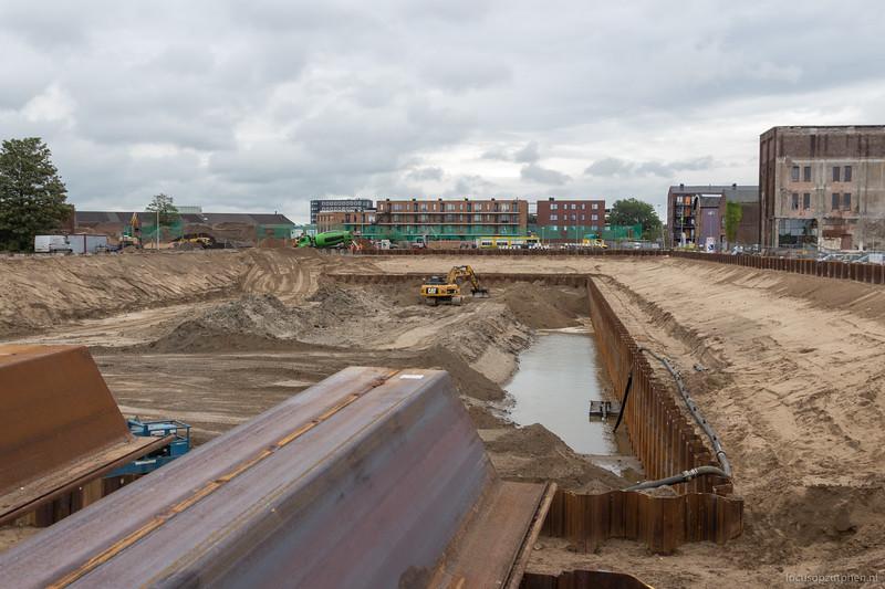 Er liggen nog damwanddelen klaar om geplaatst te worden