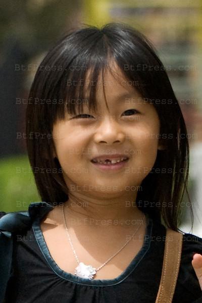 Jade Hallyday a perdue une dent et garde toujours son beau sourire.