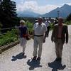 Raimund mit der Rattener Bergbauernfamilie Josefine und Gottfried Maicher. Im Hintergrund rechts der Unterberg, Bildmitte der Hohe Göll.