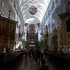 Die Klosterkirche ist dem Heiligen Petrus geweiht. Die romanische Vorhalle weist auf die frühe Entstehungsgeschichte der Kirche hin. Der aktuelle Bau entstand 1130 bis 1143 als romanische Basilika, die 1605 ihre erste größere Umgestaltung im Sinne der Renaissance erlebte.