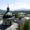 Ein Blick vom Klostereingang nach SSO auf den Göll, hinter der Vierungskuppel der Erhardkirche das Tennengebirge