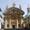 Ob der Manierismus, eine Stilrichtung der Spätrenaissance, auch in der Architektur erkennbare Wurzeln geschlagen hat, ist unter Kunstgeschichtlern umstritten. Grundsätzlich zeigt der größte Mausoleumsbau der Habsburger,der ab 1614 vom kaiserlichen Hofarchitekten Giovanni de Pomis errichtet wurde, alle Charakteristika der italienischen Sakralbauwerke der Hochrenaissance, sieht man von den auffällig massiven Segment- und Dreieckgiebeln ab. Im Hintergrund die Katharinenkirche.