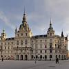Vom Landhaus ist es nicht weit zum Hauptplatz, das vom Christoph Stadler geplanten und ab 1805 im neo-klassizistischen Stil errichteten Rathaus beherrscht wird.