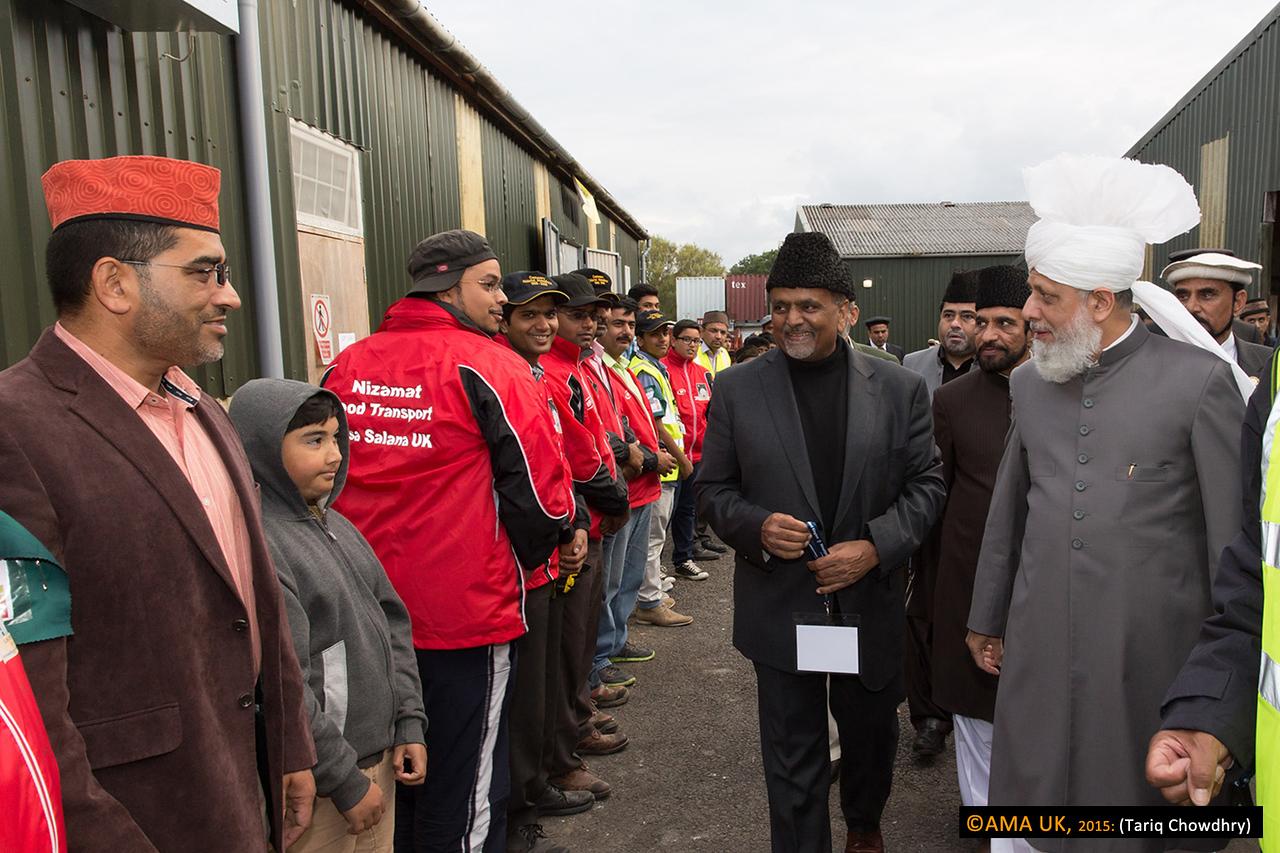 Volunteers from the Food Transport department greet Huzur