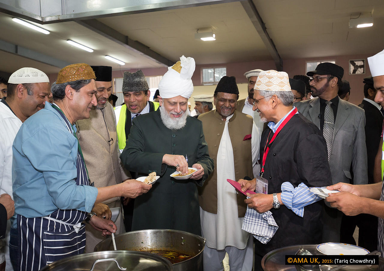 Huzur on inspection tour in the kitchen and sampling the food