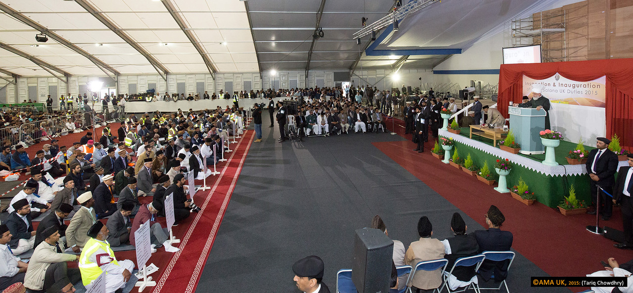 Huzur addesses the 5,000 volunteer workers at the inauguration and inspection at Hadeeqatul Mahdi