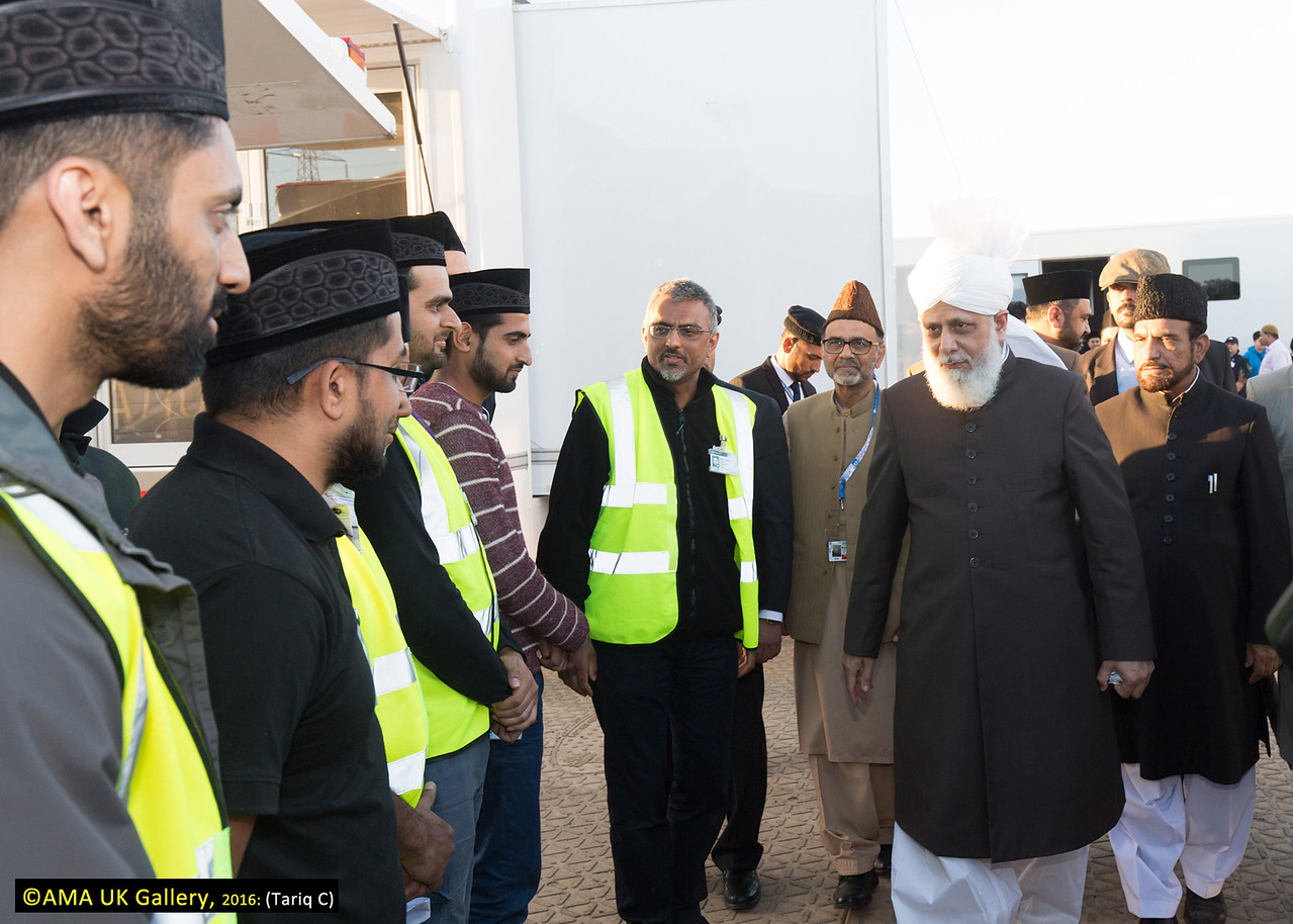 During the inspection, Hazrat Mirza Masroor Ahmad visited the various departments tasked with organising and running the three-day event. His Holiness was briefed on the arrangements as he inspected the site. Huzur meeting members of MTA International IT team.
