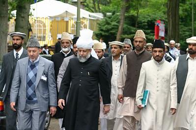 Hazrat Khalifatul Masih V (aba) heading towards Jalsa Gah