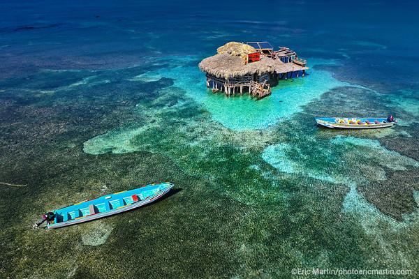 JAMAIQUE. Le Floyd's Pelican Bar. Une cabane sur pilotis construite de bric et de broc au milieu Parrotte Bay à Treasur Beach