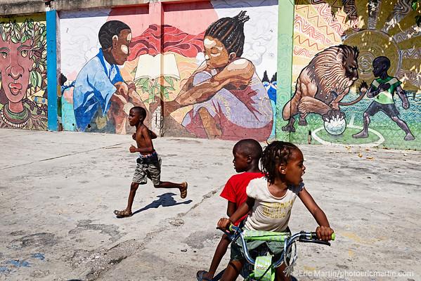 JAMAIQUE. Les fresques murales du 41 Fleet street dans le quartier Southside de Kingston. Ce quartier connu sous le nom de Parade Gardens est une enclave de misère au sud de la capitale qui traine une terrible réputation ( guerre des gangs , meurtres). Le projet artistique et communautaire initié en 2014 par Paint Jamaica l'a transformé.