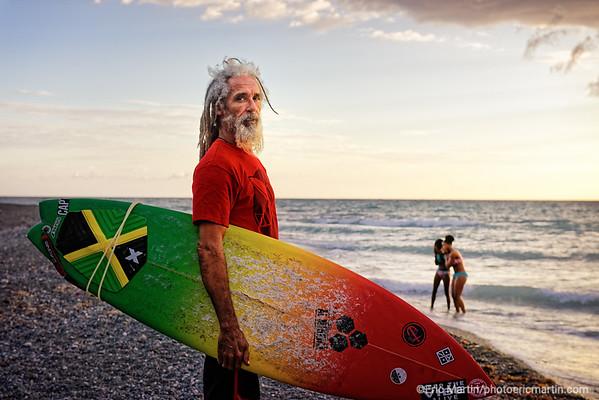 """JAMAIQUE. BULL BAY BEACH. Billy """"Mystic"""" Wilmot  figure emblématique du surf et chanteur du groupe Mystic Revealers. Il a crée le Jamnesia Surf Club"""