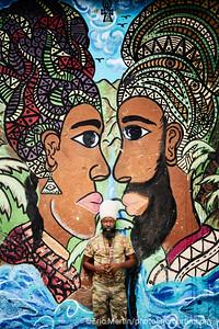 JAMAIQUE. Les fresques murales du 41 Fleet street dans le quartier Southside de Kingston. Ce quartier connu sous le nom de Parade Gardens est une enclave de misère au sud de la capitale qui traine une terrible réputation ( guerre des gangs , meurtres). Le projet artistique et communautaire initié en 2014 par Paint Jamaica l'a transformé. Ici un artiste rastafari devant son oeuvre.