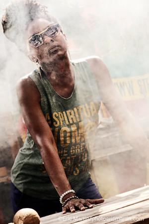 JAMAIQUE. Jah9, jeune chanteuse rasta qui fait partie de la scène Roots reggae très active depuis quelques années et qui s'inspire du reggae des années 70-80 photographiée ici dans un «yard» d'un ami musicien rastafari