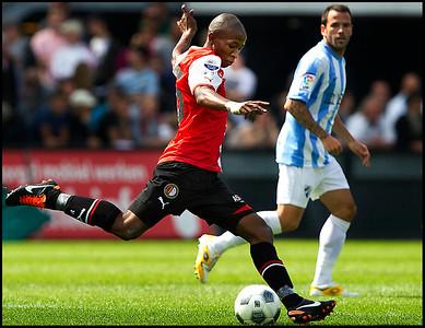 Feyenoord - Malaga ; Mokotjo zet met een gave techniek de bal voor tegen Malaga Foto ; Jane Lasonder