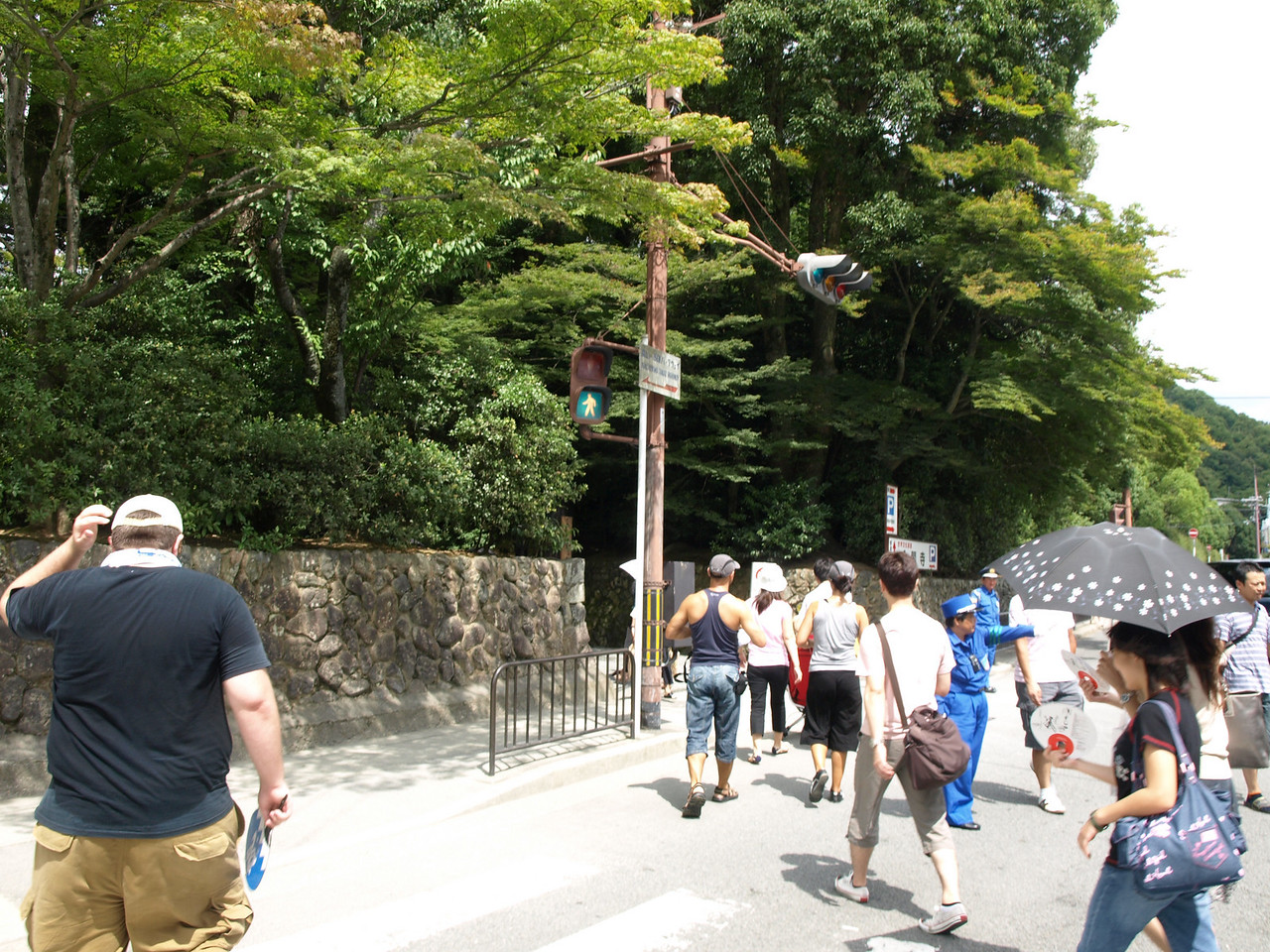 After taking a short break, we're off to our next stop, the Kinkaru-ji (Gold) Pavilion