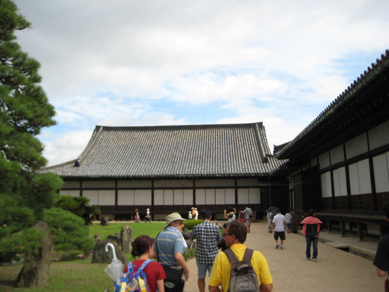 Ahead of us is the Kuro-shoin room of the Ninomaru Palace which was used for the shogun's private meeting quarters. To the right is the Ohiroma room where the shogun would hold public meetings with the feudal lords.