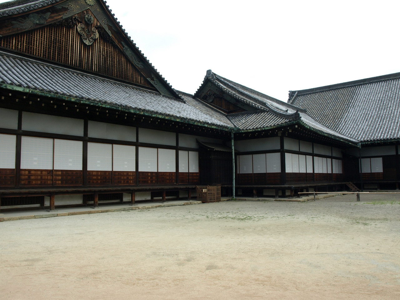 This is the Ninomaru Palace complex, the only remnant from the early Edo period to be found within the Nijo Castle complex