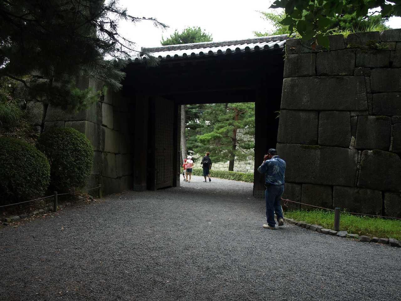 This is called the North Nakashi-kirimon Gate. You can see the wall of the inner moat through the opening.