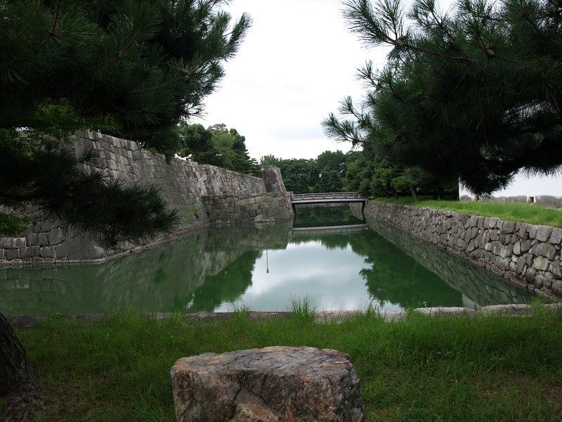 A view along the west (rear-most) section of the inner moat showing the East Bridge that we just crossed.