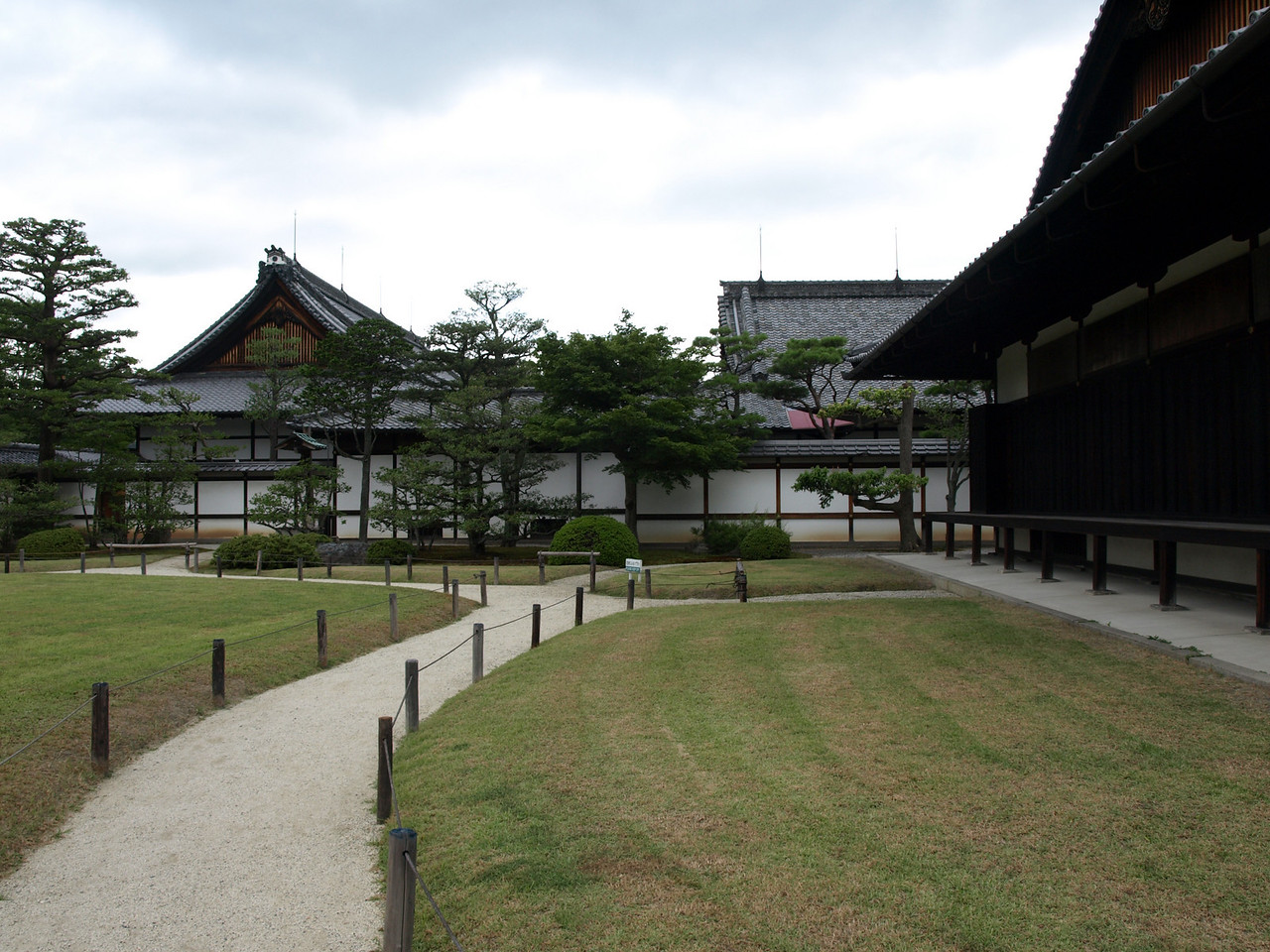 Here we are looking at the Honmaru Palace complex. The original Central Keep built here in the early 1600s burned down in the mid-1700s due to lightning. The current structure was formerly the Katsura Imperial Family residence which was moved here from the Kyoto Imperial Palace back in the Meiji Period around 1890. To the right is the Otsune Palace.