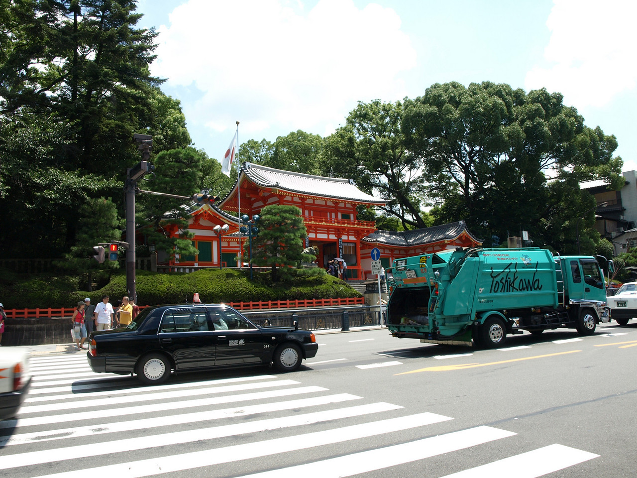 Finally fed, we head back to the Yasaka Shrine