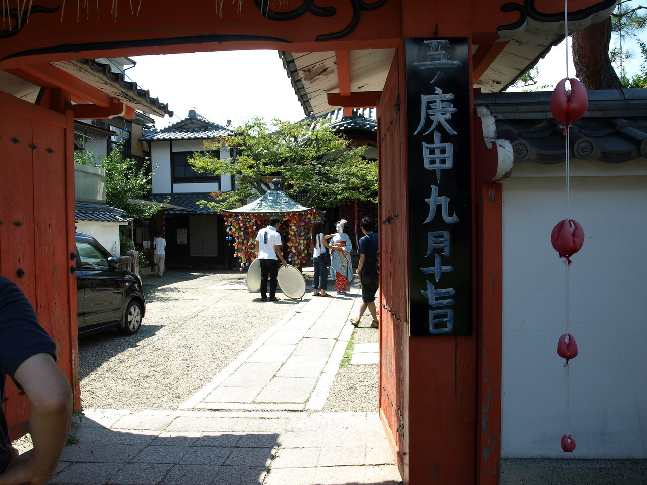 As we walked down Yasaka Street, we saw a maiko preparing for a photo session