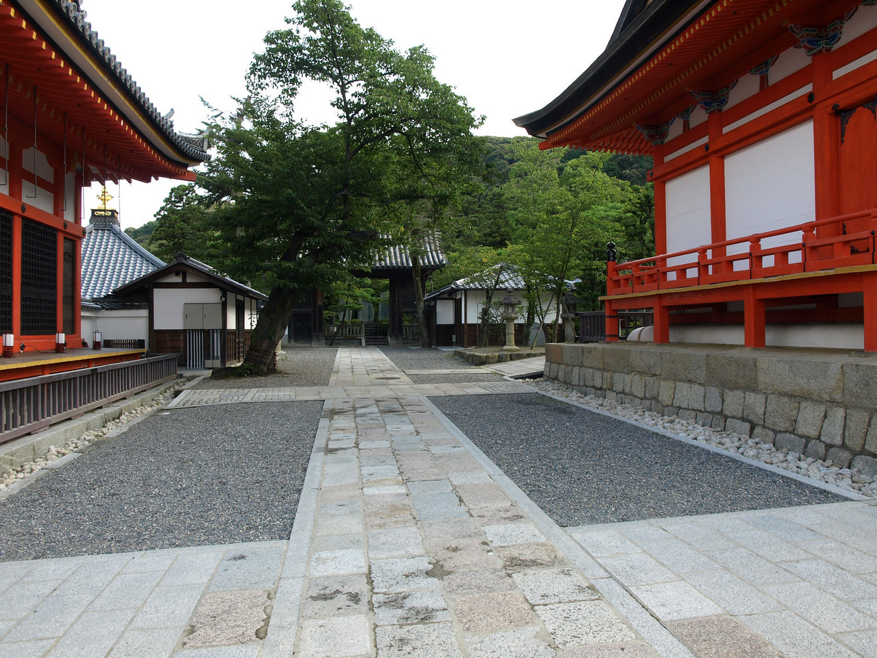 Before we enter the middle gate, we take a small detour to the left. To the right is the Founder's Hall.