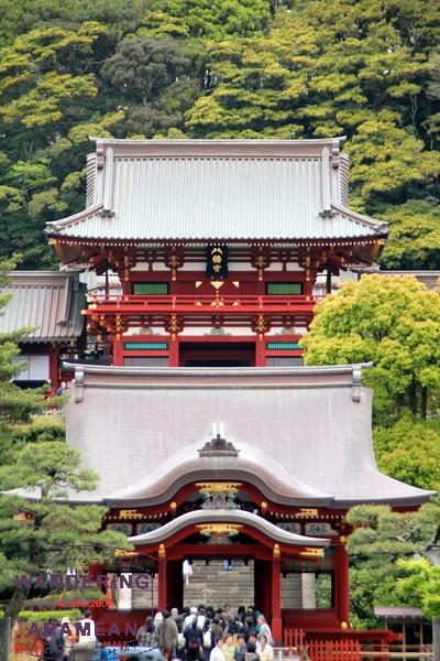 The tiered facade of Tsurugaoka Hachiman-gū