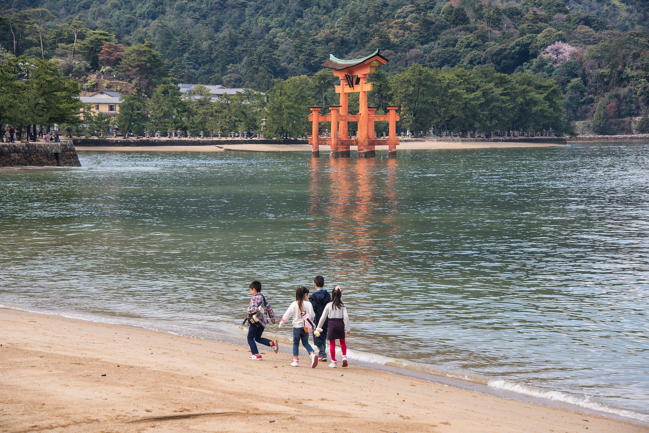 children w torii gate-JAP_8047