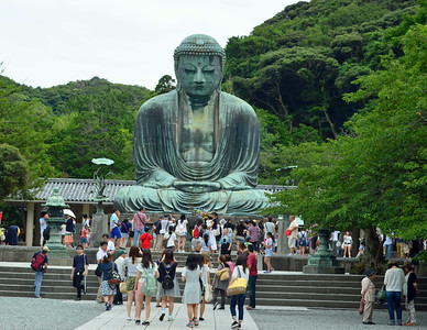 Throngs of tourists come to Daibutsu