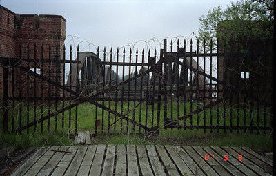At the time of my photos, May 9, 1987 it is obvious that this railroad bridge has been out of order since the latter weeks of WWII in Germany!  Previously, the Elbe had many RR bridge and vehicle crossings, but all were destroyed either due to Allied bombing, or the retreating German Armies.