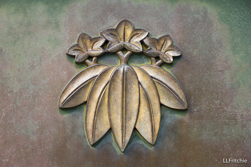 The front panel of the offering box was graced with the beautiful relief of a flowering plant.