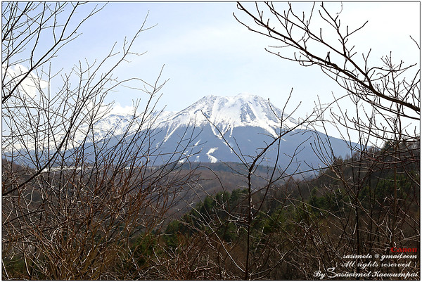 On the way to our Ryokan, passing Mount Ontake (Ontake-san / Mount Kiso Ontake). It is the 2nd highest volcano in Japan . Located at the borders of Kiso and Otaki, Nagano Prefecture, and Gero, Gifu Prefecture. Doesn't she look sweet and calm?