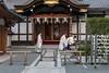 Shinto-priests-at-a-ritual-purification-ceremony,-Fushimi-Inari-taisha-Shinto-Shrine,-Kyoto,-Japan