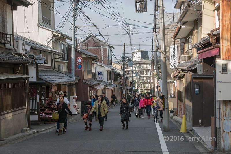 Street scene, Matsubara Dori near Kiyomizu Dera, Kyoto, Japan