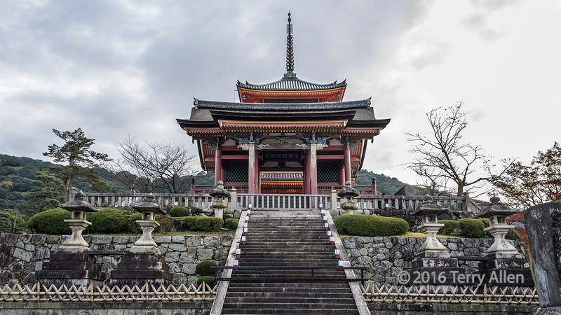 Sai-mon (West Gate), Kiyomizudera Buddhist temple, Kyoto, Japan