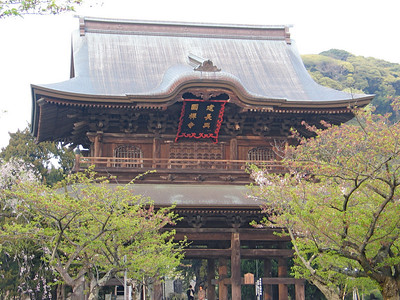 The sanmon (main gate) of the Kencho-ji temple in Kamakura, Japan