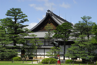 Although it does not have a castle tower, Nijo-jo Castle is Japan's best preserved and most magnificent castle palace. Built on the order of Tokugawa Ieyasu to serve as the Kyoto residence for the Tokugawa shoguns. The interior is full of paintings (unfortunately photography is not allowed inside). A National Treasure.