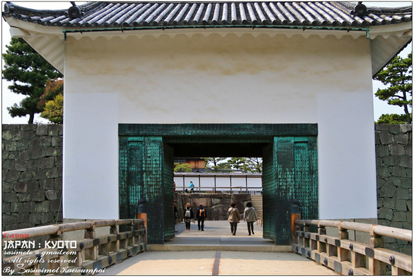 The East Bridge crossing the inner moat leading through the Honmaru Turret Gate