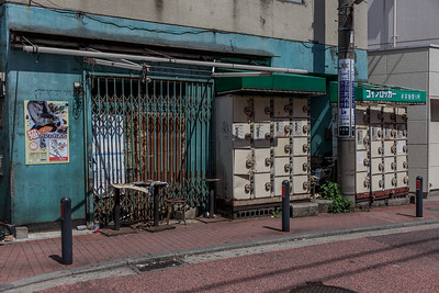 An abanodonned array of lockers in front of an equally abandonned shop. I am always amazed how in a land with incredible high real estate prices some houses are left empty for a long time, even in the city. it creates an Image that is fozen in time, often though slowly crumbling.