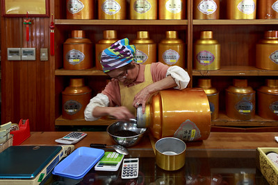 The Tenren tea shop 天仁茗茶 where I can buy Pu'er tea. The shop has not changed much from 25 years ago. The aldy very carefull pours the tea form the huge aluminium jar.