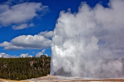 Old Faithful geyser erupting.