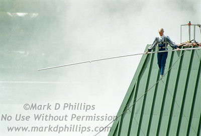 Jay Cochrane skywalks in Niagara Falls on May 21, 2002