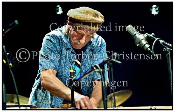 Copenhagen Jazz Festival, Jazzhouse og Golden Days stiller under Golden Days 2012 skarpt på avantgarden i jazzen og nogle af dens vigtigste pionerer. Multimennesket Kresten Osgood tager i selskab med håndplukkede musikere og kunstnere publikum på en rejse ind i det Sun Ra'ske univers. Her Kresten Osgood - trommer, Hartmut Geerken - harpe, percussion og Peter Friis-Nielsen - el-bas  . Photo: Torben Christensen © Copenhagen,  ----- <br /> Copenhagen Jazz Festival, Jazz House and Golden Days put under the Golden Days 2012 focuses on the avant-garde in jazz and some of its most important pioneers. Multi Man Kresten Osgood takes in the company of handpicked musicians and artists audience on a journey into the Sun Ra'ske universe. Here Kresten Osgood - drums, Hartmut GEERKEN - harp, percussion and Peter Friis Nielsen - electric bass. Photo: © Torben Christensen © Copenhagen