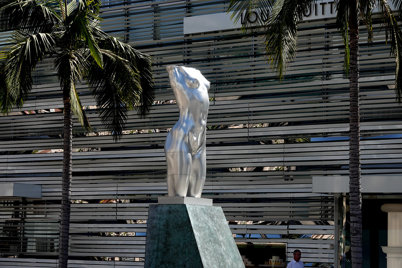 A silver statue in Beverly Hills, on Rodeo Drive